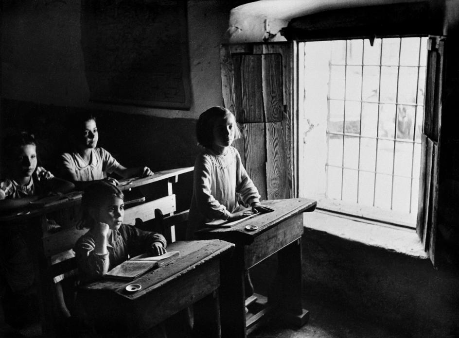 """Eugene Smith © Magnum 1951 SPAIN. Village of Deleitosa in Western Spain. 1951. - SPAIN. Extremadura. Province of Caceres. Deleitosa. 1951. Children at the village school (it has 4 rooms and 4 teachers). Girls are taught in separate classes from the boys. There are 300 pupils in winter between the ages of 6 to 14. From """"Spanish Village"""" photo-essay. - W-Eugene--Smith SPAIN. Extremadura. Province of Caceres. Deleitosa. 1951. Children at the village school (it has 4 rooms and 4 teachers). Girls are taught in separate classes from boys."""