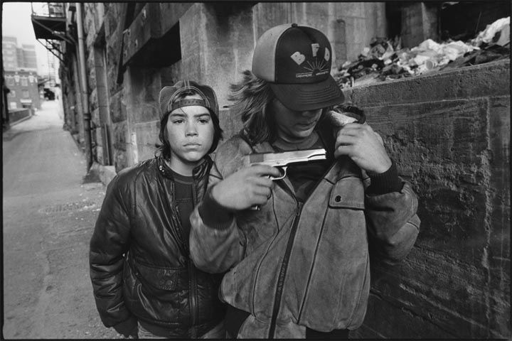 """Mary Ellen Mark © 1983 """"Rat"""" and Mike with a gun, Seattle, Washington"""
