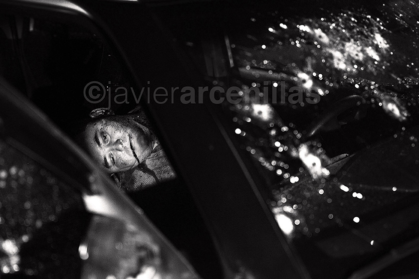 "Javier Arcenillas © Latidoamérica ""Balacera"" at a car in the Medina neighborhood where they died Your driver Pedro Miguel Angel German and Jesus Rosales, the 2 people of the Band of the ""Aguacates"" Lomas sector"