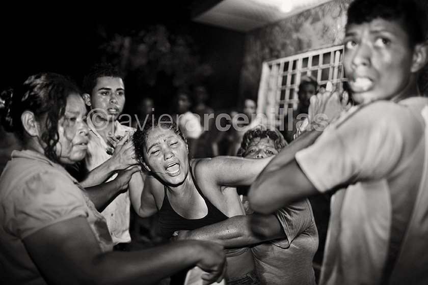 Javier Arcenillas © Latidoamérica Cries in the neighborhood of San Pedro Sula sauce for a shot in the street