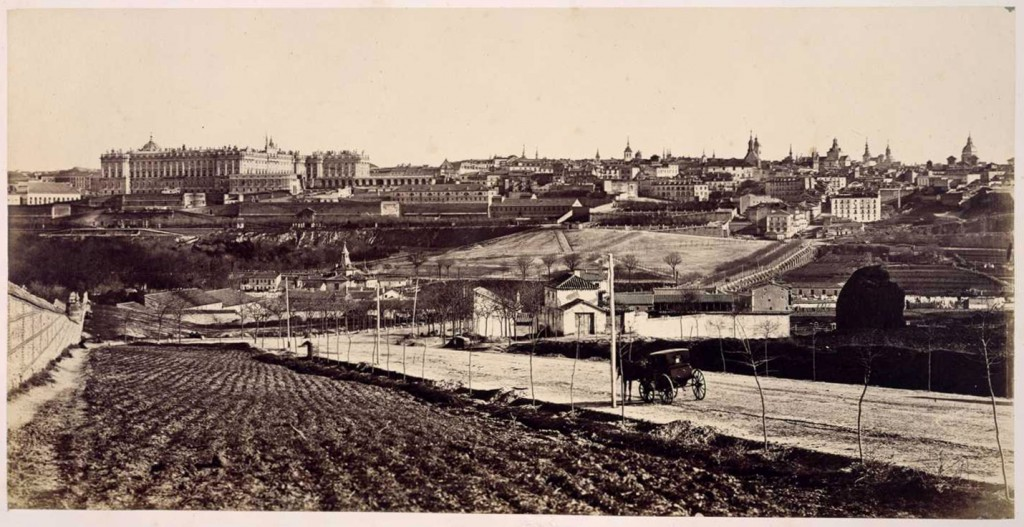 Charles Clifford, 1860 La toma pudo estar hecha desde lo que es hoy la avenida de Portugal y la tapia de la izquierda es la del limite de la Casa de Campo.
